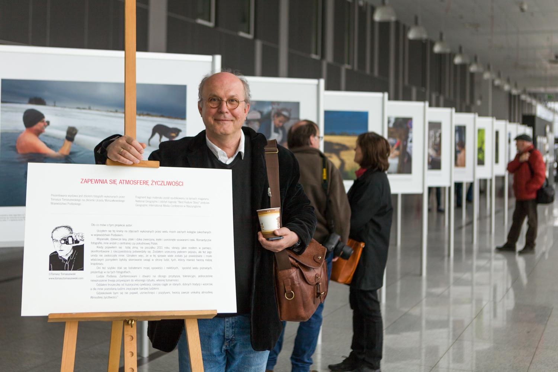 Tomasz Tomaszewski przy swojej wystawie - Targi Film Video Foto
